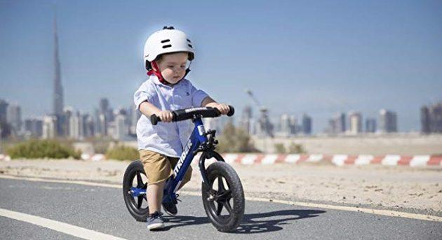 niño en una bici sin pedales