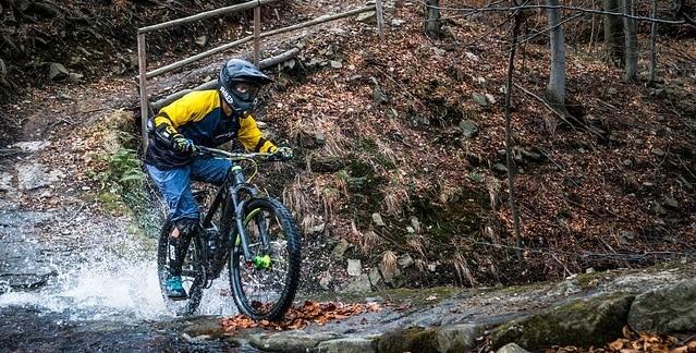 Rider con casco enduro MTB