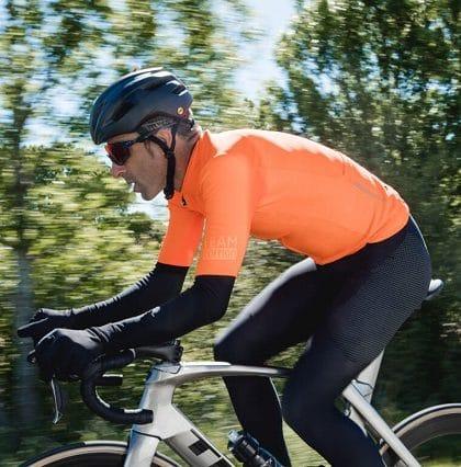 Ciclista equipado con ropa de ciclismo Etxeondo