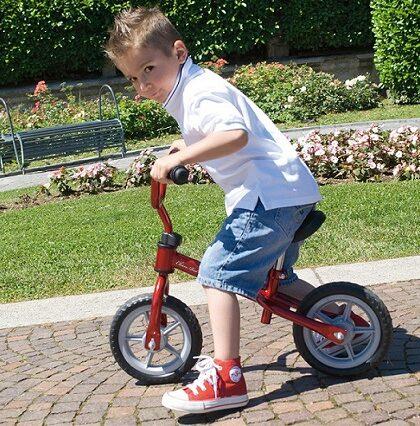 Niño con bici Chicco sin pedales